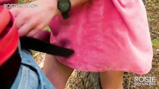 Ein junges Mädchen reibt eine Muschi über ein Mitglied eines Mannes im Wald (Streicheln)