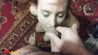 Wichste Schwanz und beendete das Gesicht seiner Frau auf dem Hintergrund des Teppichs zu Hause